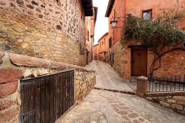 Wąska aleja ze starymi kamiennymi domami w stylu średniowiecznym w mieście albarracan, teruel aragón. hiszpania