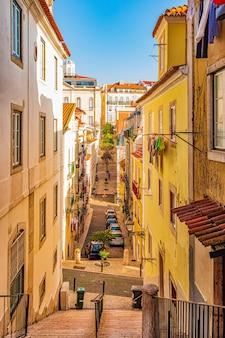 Wąska, autentyczna ulica lizbony, portugalia.