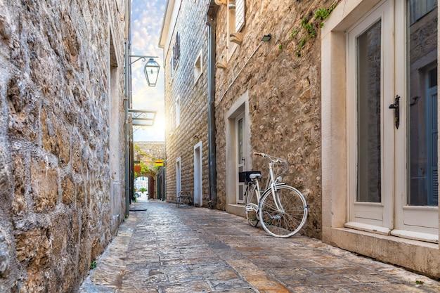 Wąska europejska ulica na starym mieście w budvie, czarnogóra.