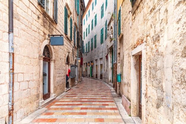 Wąska europejska ulica na starym mieście w kotorze w czarnogórze.