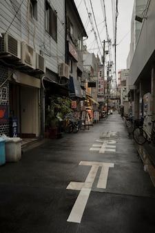 Wąska japońska ulica po deszczu z rowerami