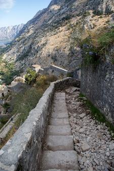 Wąska kamienna droga do muru twierdzy kotor czarnogóra