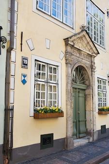 Wąska średniowieczna ulica na starym mieście w rydze, łotwa.