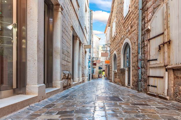 Wąska ulica adriatyku na starym mieście w budvie, czarnogóra.
