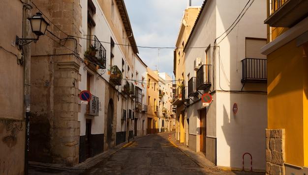Wąska ulica hiszpańskiego miasta. sagunto
