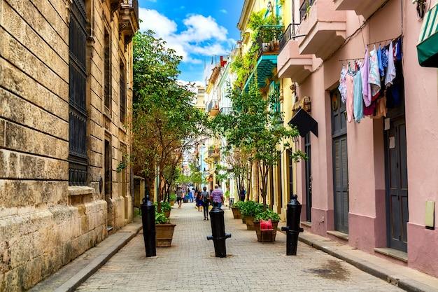 Wąska ulica w starożytnym kolonialnym mieście hawana na kubie.