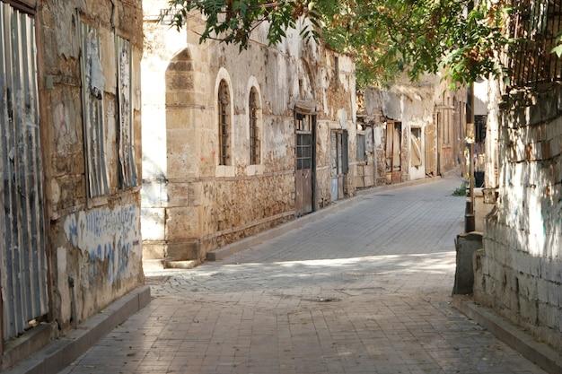Wąska ulica ze starodawną zabudową.