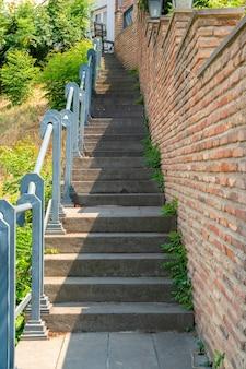 Wąskie schody na starym mieście tbilisi. podróż
