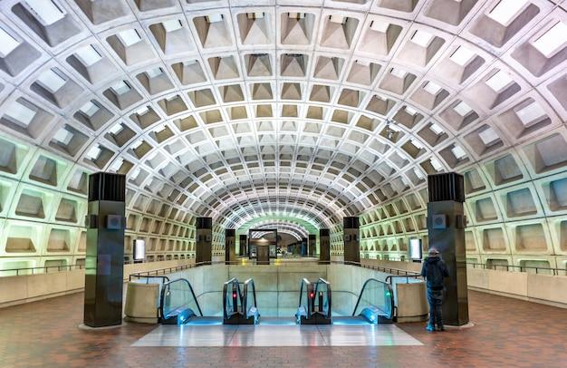 Waszyngton, stany zjednoczone ameryki - 7 maja 2017: stacja metra capitol south. washington metro obejmuje sześć linii, 91 stacji i 117 mil trasy