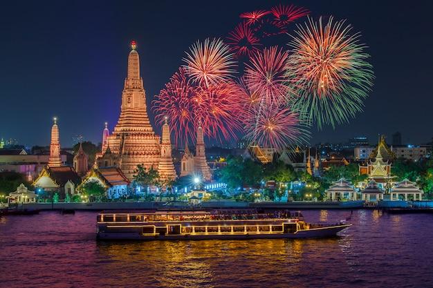 Wat arun i statek wycieczkowy w nighttime pod nowego roku świętowaniem, bangkok miasto, tajlandia