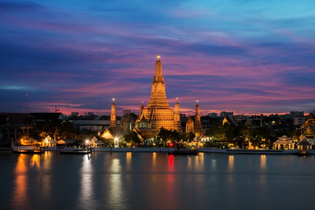 Wat arun świątynia i chao phraya rzeka przy nocą w bangkok, tajlandia