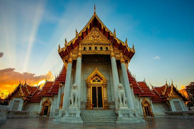 Wat benchamabophit temple, jeden z najpopularniejszych celów podróży w bangkoku w tajlandii