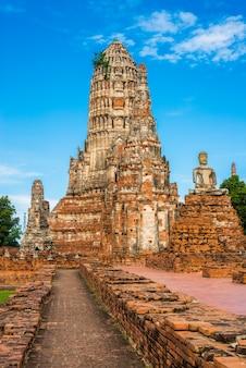 Wat chai watthanaram zbudowany przez króla prasat tonga z jego głównym prang (w środku) reprezentującym górę meru