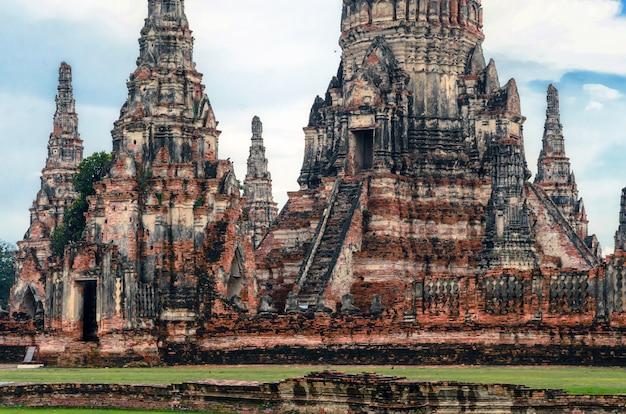 Wat chaiwatthanaram to starożytna świątynia buddyjska, słynna i główna atrakcja turystyczna religijnego parku historycznego ayutthaya w prowincji phra nakhon si ayutthaya, tajlandia