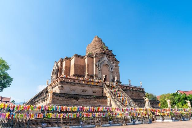 Wat chedi luang varavihara - świątynia z dużą pagodą położona w historycznym centrum świątyni chiang mai, tajlandia