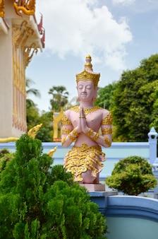 Wat khun aram z buddyjską statuą.
