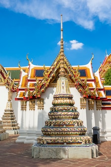 Wat pho jest sławny tajlandia świątynia dla turystów w bangkok, tajlandia