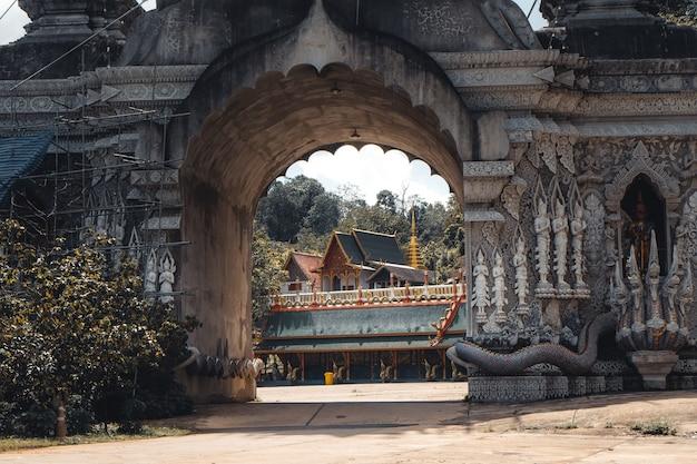 Wat phra buddhabat si roi, złota świątynia w chiang mai, tajlandia