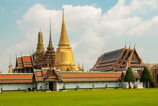 Wat phra kaeo, świątynia szmaragdowego buddy i dom króla tajlandii. wat phra kaeo to jedno z najbardziej znanych miejsc turystycznych w bangkoku, które zostało zbudowane w 1782 roku w bangkoku w tajlandii. 2012