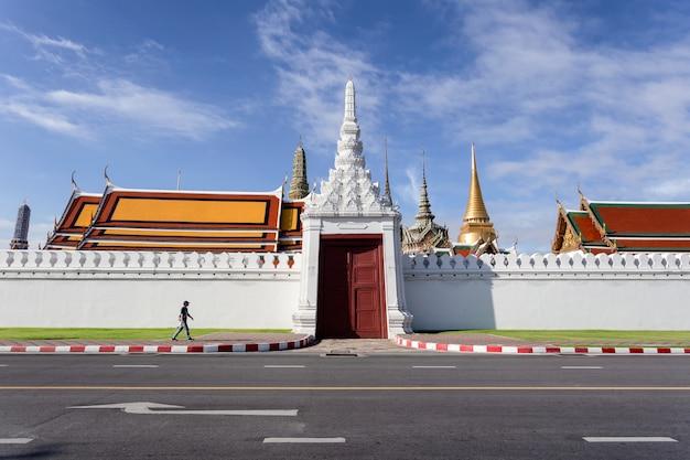 Wat phra kaew i grand palace w słoneczny dzień, bangkok, tajlandia