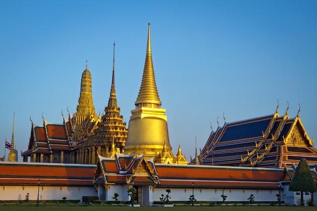 Wat phra kaew, świątynia szmaragdowego buddy z błękitne niebo bangkok, azja, tajlandia.