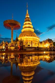 Wat phra który hariphunchai z wodnym odbiciem w lamphun, tajlandia
