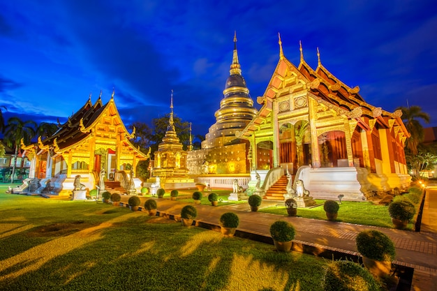 Wat phra singh znajduje się w zachodniej części starego centrum miasta chiang mai w tajlandii