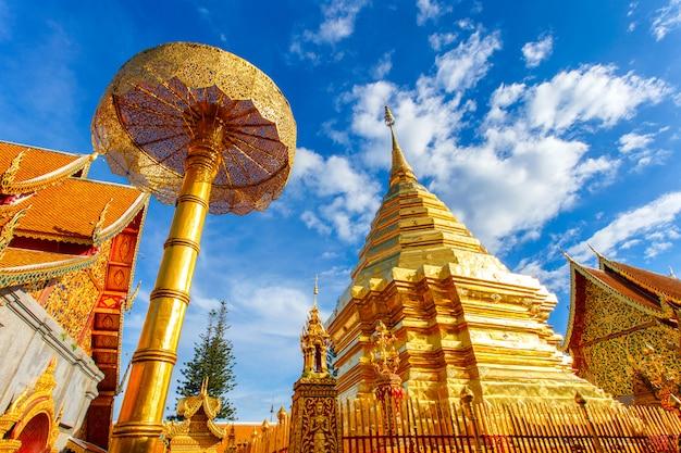 Wat phra that doi suthep jest atrakcją turystyczną chiang mai w tajlandii