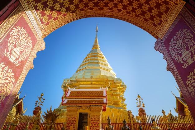 Wat phra that doi suthep pagoda najsłynniejsza świątynia w chiang mai w tajlandii. n stara świątynia ozdobiona pięknie rzeźbionymi złotymi rzeźbami