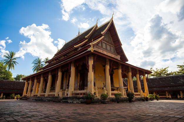 Wat sisaket jest starą świątynią w laosie i jest najlepszym punktem orientacyjnym dla podróży