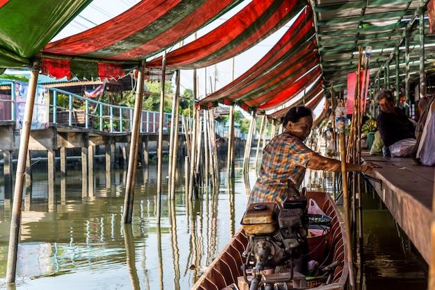 Wat takien spławowy rynek w nonthaburi tajlandia