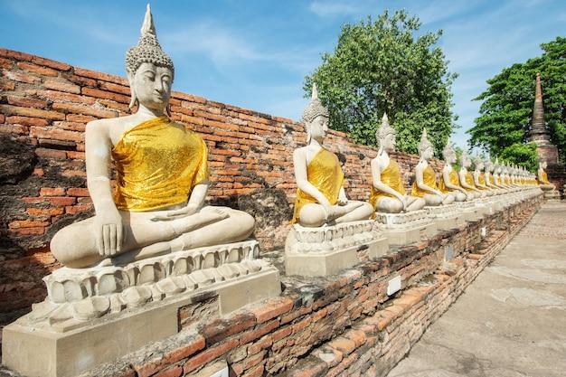 Wat yai chai mongkhon jest w dziejowym parku przy ayutthaya., tajlandia.