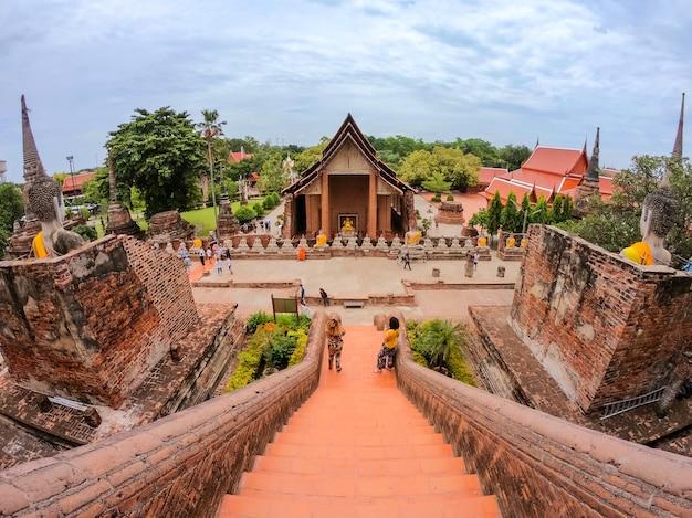Wat yai chaimongkol (chaimongkhon), phra nakhon si ayutthaya, tajlandia. piękne historyczne miasto w świątyni buddyzmu.