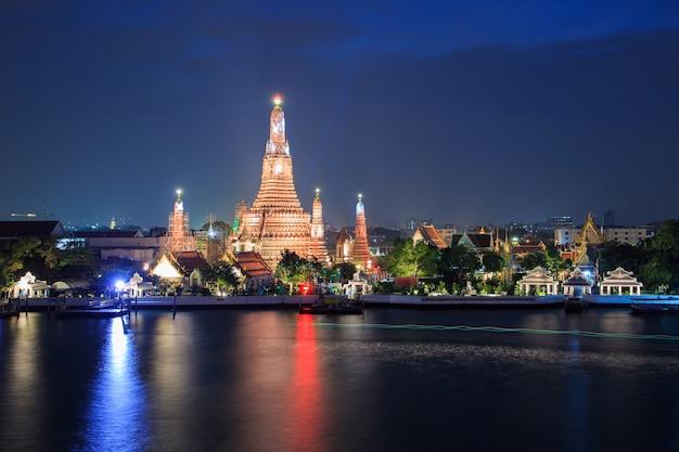 Wata arun buddyjscy religijni miejsca w mrocznym czasie, bangkok, tajlandia