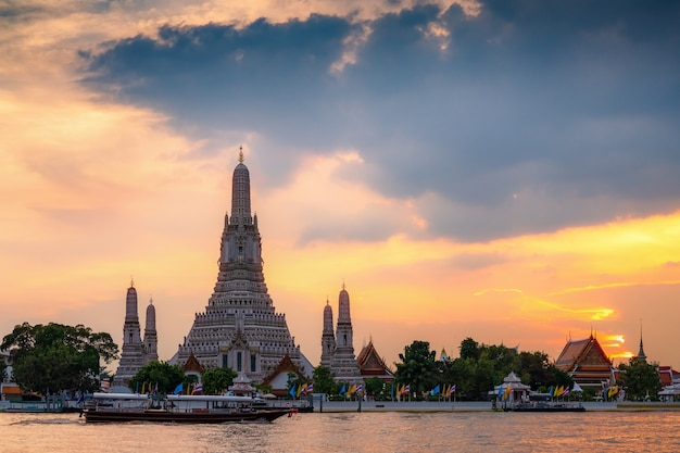 Wata arun świątynia podczas zmierzchu w bangkok, tajlandia, jeden sławny punkt zwrotny bangkok, tajlandia.