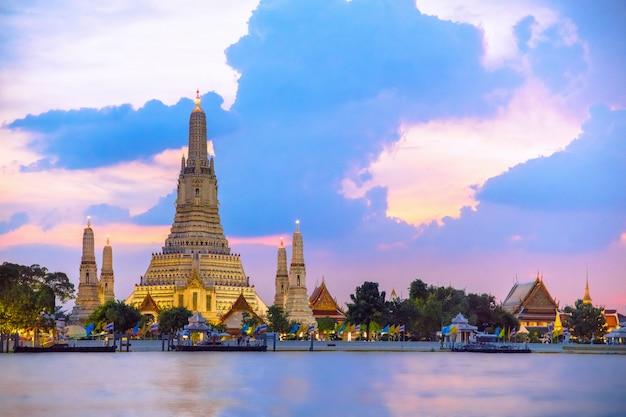 Wata arun świątynia podczas zmierzchu w bangkok, tajlandia, jeden sławny punkt zwrotny bangkok, thaila