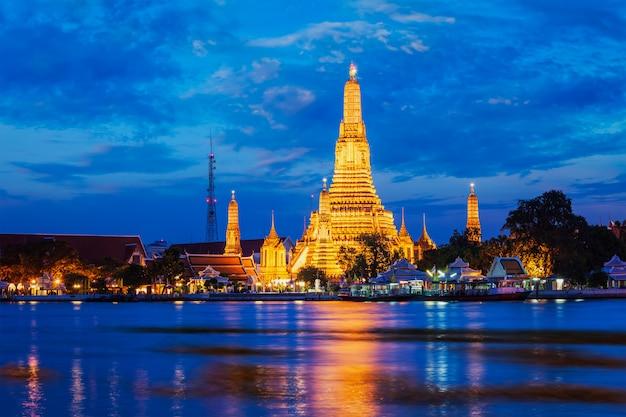 Wata arun świątynia w bangkok, tajlandia w nocy