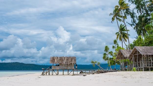 Water hut of homestay na wyspie kri. raja ampat, indonezja, papua zachodnia.