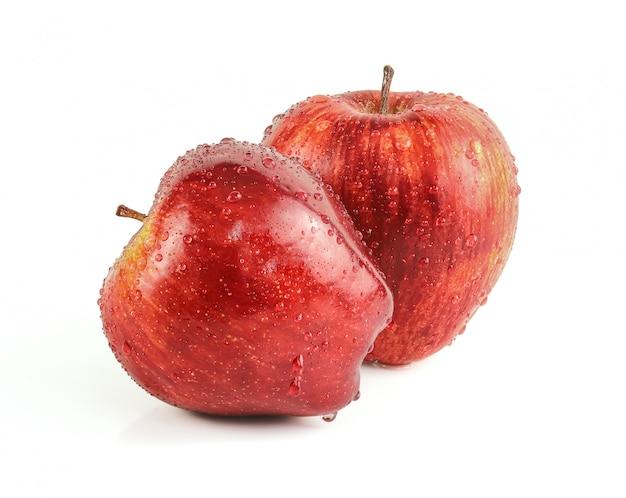Waterdrops na czerwonych jabłkach odizolowywających na białym tle