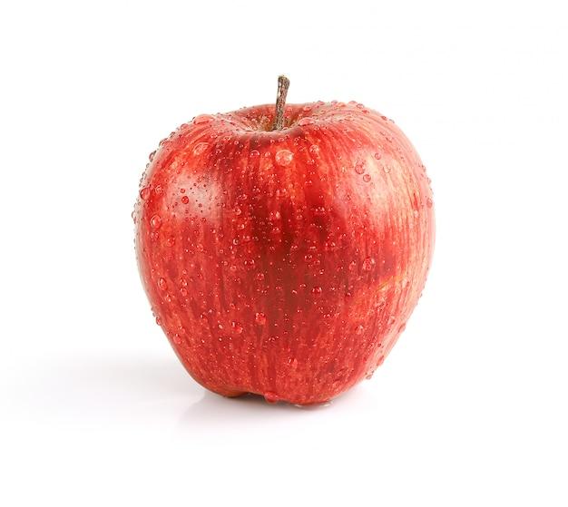 Waterdrops na czerwonym jabłku odizolowywającym na białym tle