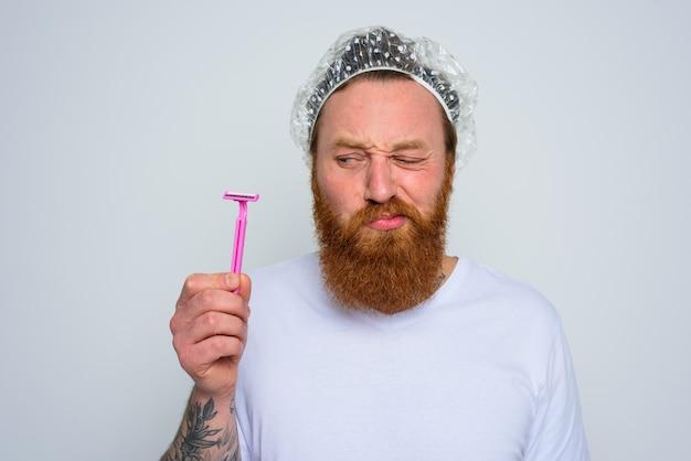 Wątpiący mężczyzna chce poprawić brodę żyletką