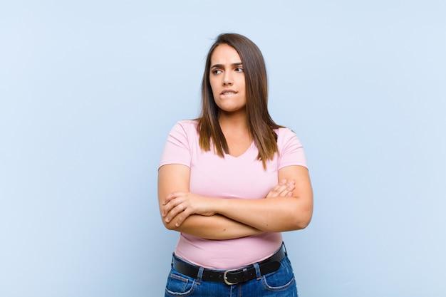 Wątpienie lub myślenie, przygryzanie wargi i uczucie niepewności i nerwowości, próba skopiowania miejsca z boku