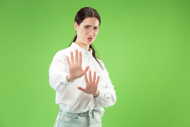 Wątpliwa kobieta z zamyślonym wyrazem twarzy dokonująca wyboru