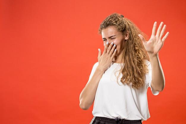 Wątpliwa zadumana kobieta z przemyślanym wyrażeniem dokonuje wyboru