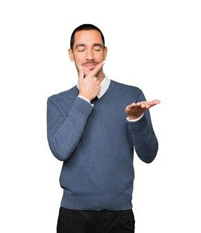 Wątpliwy młody człowiek trzymający coś w dłoni