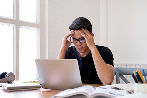 Wątpliwy uczeń pracuje z laptopem