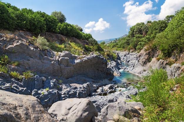 Wąwóz alcantara i park rzeki alcantara na wyspie sycylii, włochy. piękny górski krajobraz.