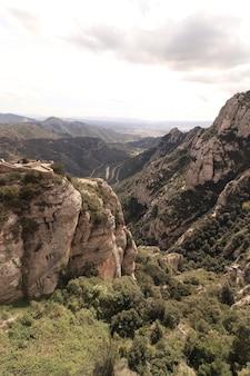 Wąwóz w montserrat (góra) monestir hiszpania z ogromnymi klifami
