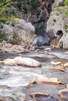 Wąwozy tyberiusza wzdłuż rzeki pollina w parku madonie