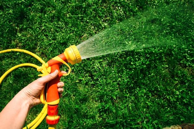 Wąż do podlewania z dyszą do rozpryskiwania wody w dłoni